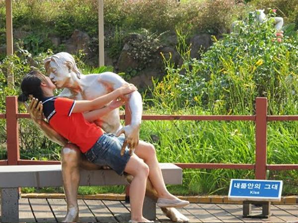 kiss_statue_01