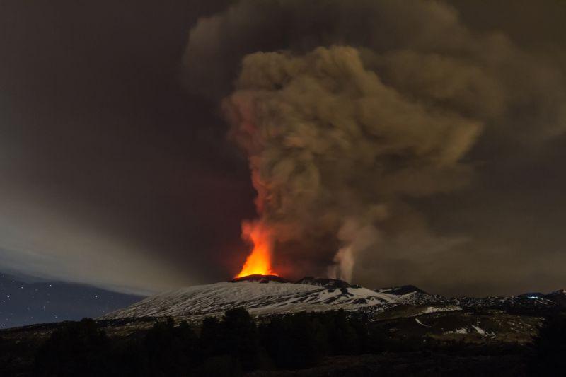 izverzhenie-vulkana-na-gore-jetna_04