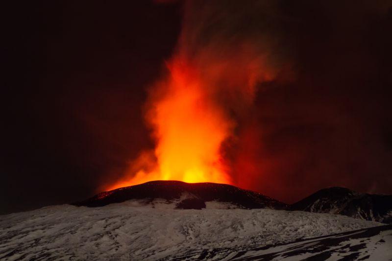 izverzhenie-vulkana-na-gore-jetna_05