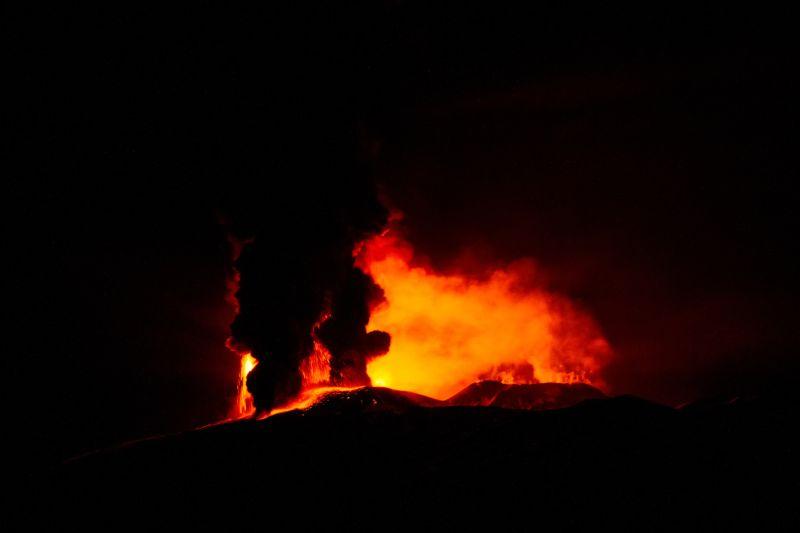 izverzhenie-vulkana-na-gore-jetna_06