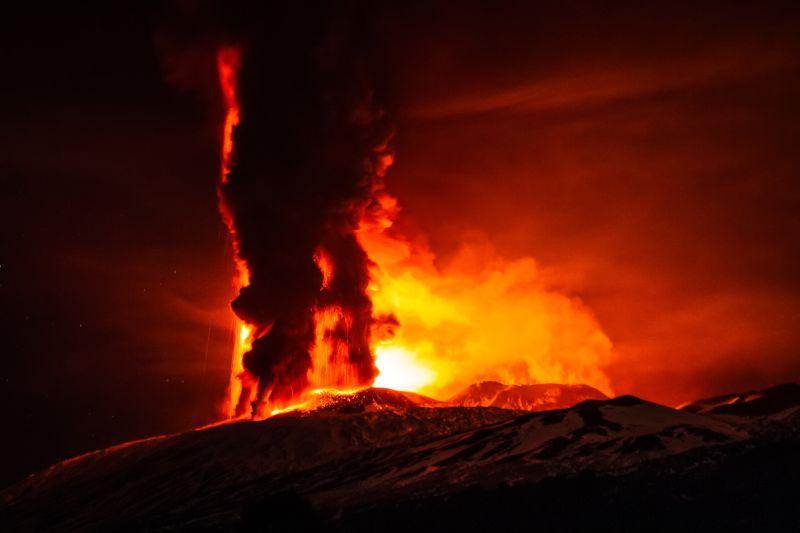 izverzhenie-vulkana-na-gore-jetna_07