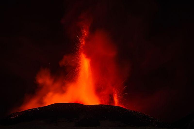 izverzhenie-vulkana-na-gore-jetna_08