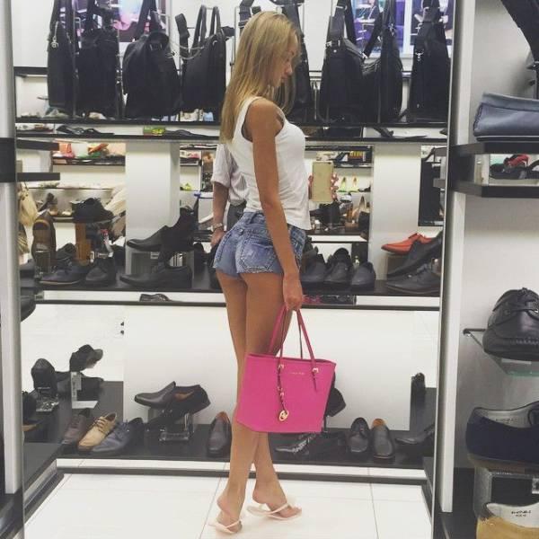 hot_women_shopping_40