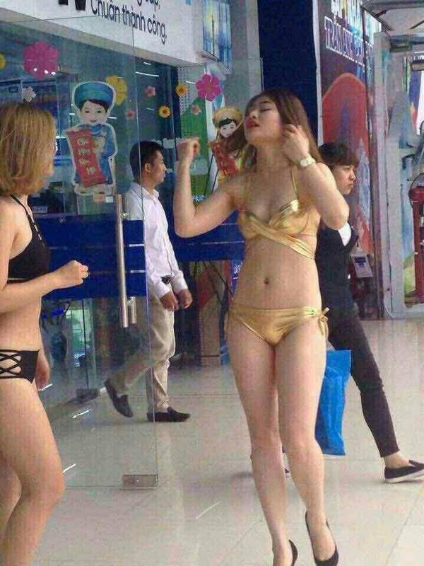 prodavshhicy-v-bikini_05