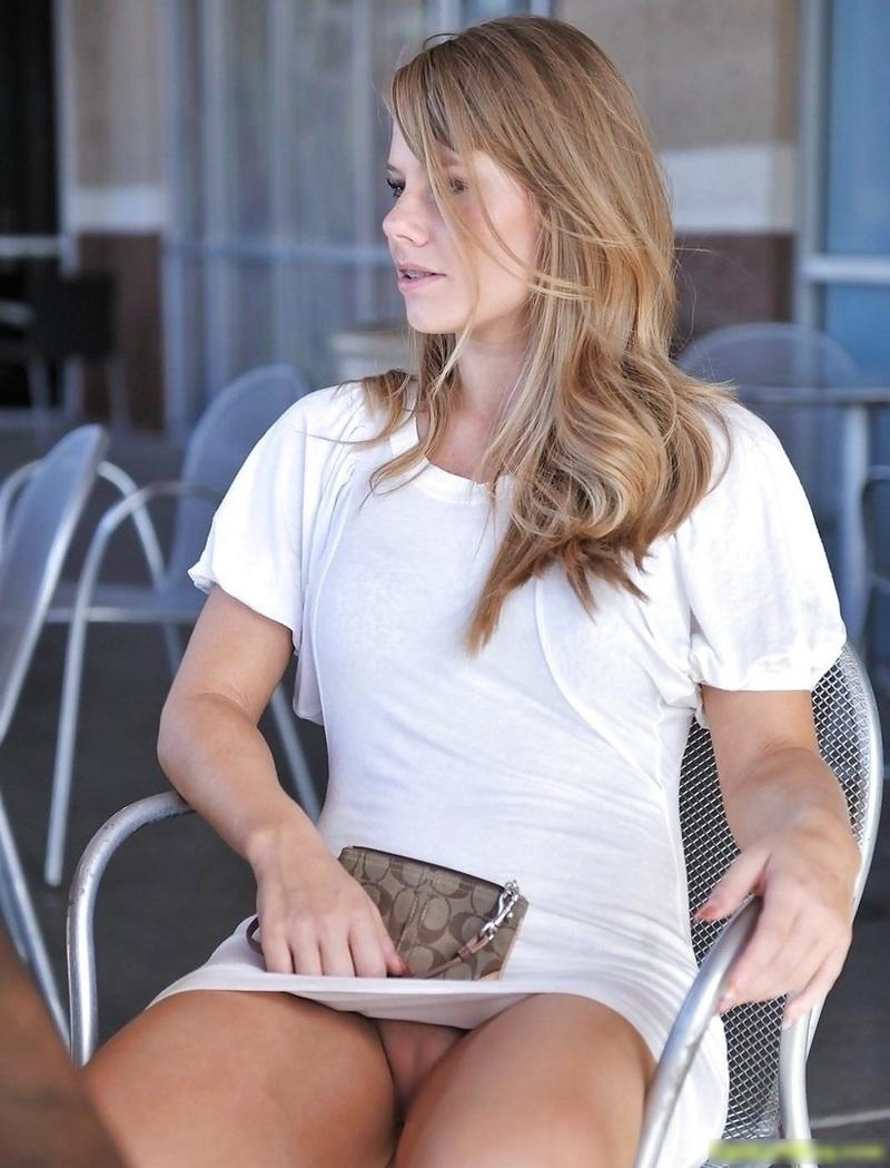 Sitting-upskirt-no-Panties