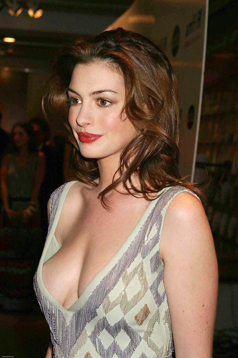 anne_hathaway_deep_cleavage_002