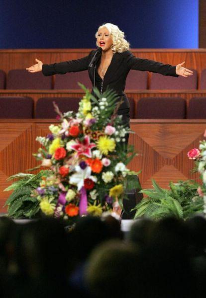 chistina_aguilera_etta_james_funeral_640_04