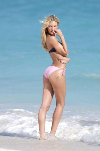 candice_swanepoel_in_bikinis_640_05
