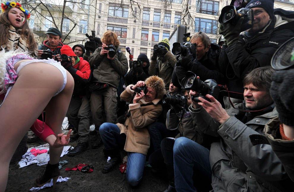 ukrainian-femen-topless-protesters-24