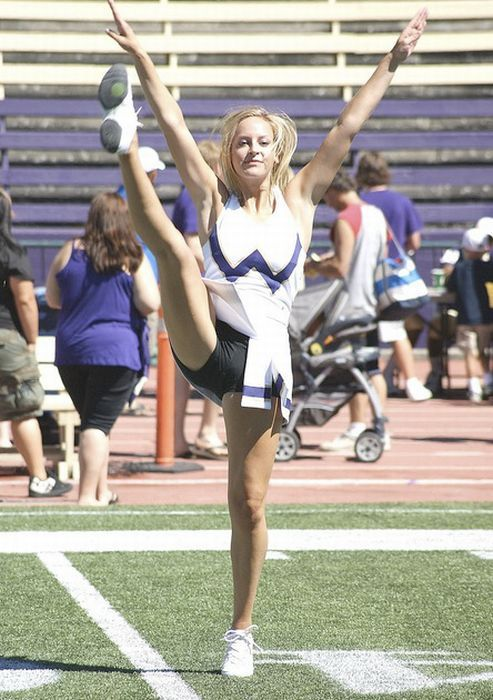 high_kicking_cheerleaders_34