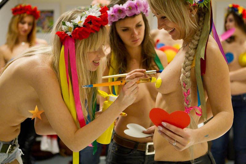 ukrainian-femen-topless-protesters-22