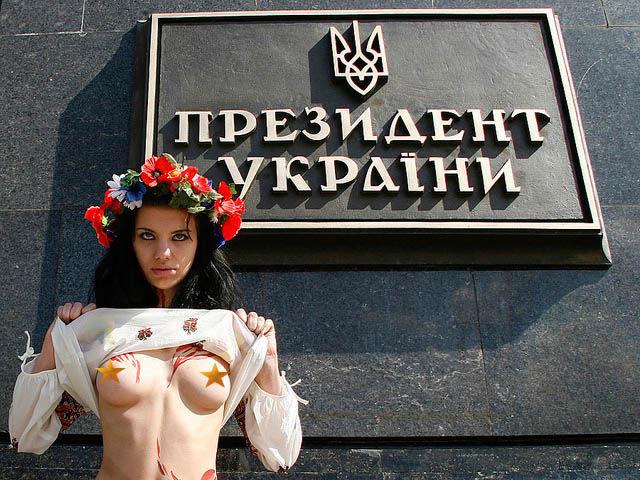 ukrainian-femen-topless-protesters-47