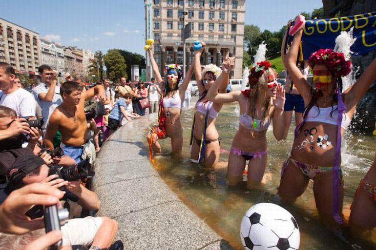 ukrainian-femen-topless-protesters-38