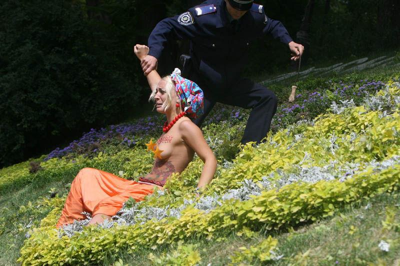 ukrainian-femen-topless-protesters-42