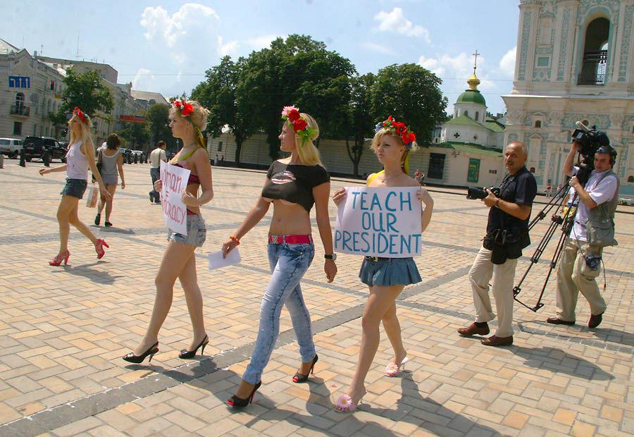 ukrainian-femen-topless-protesters-82