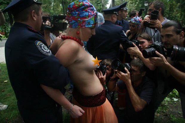 ukrainian-femen-topless-protesters-111