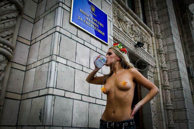ukrainian-femen-topless-protesters-55