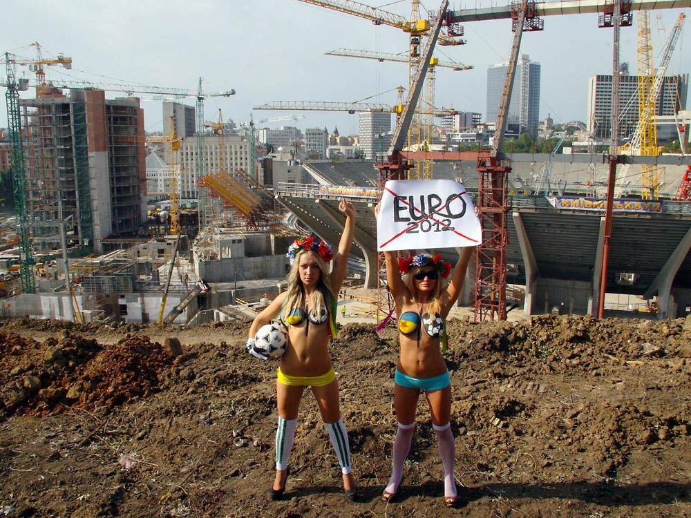 ukrainian-femen-topless-protesters-81