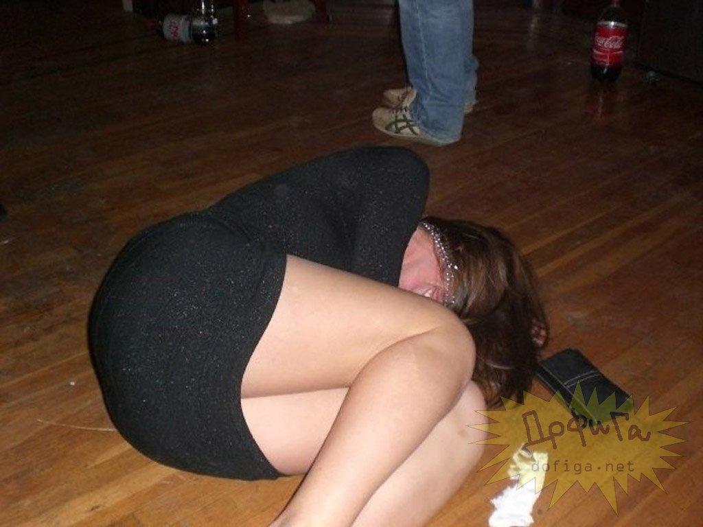 Девушка Пьяная На Полу Смотреть Видео
