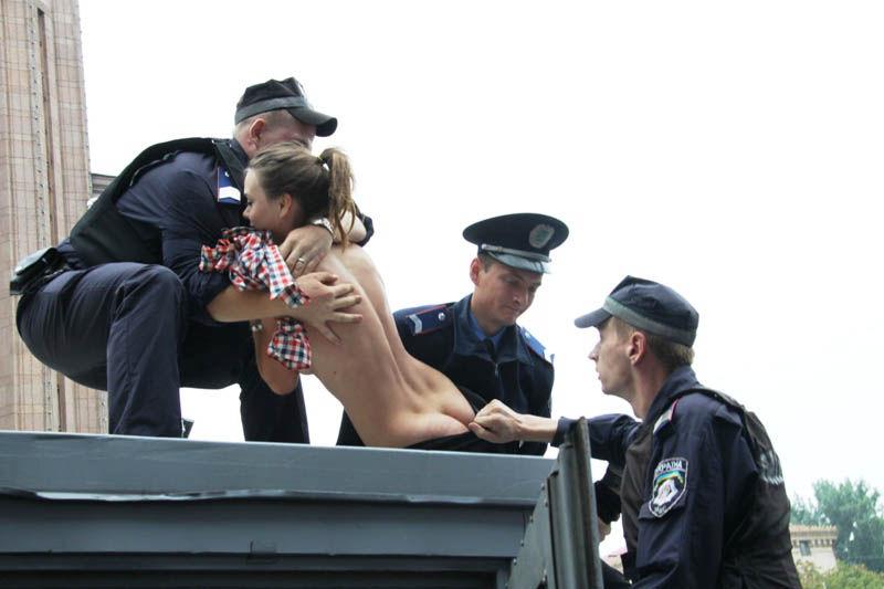 ukrainian-femen-topless-protesters-41