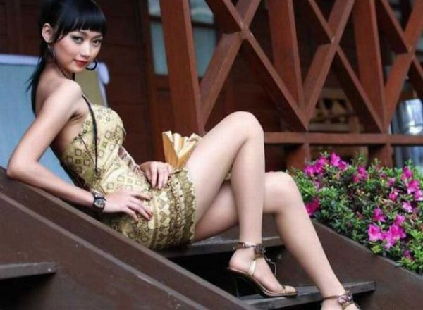 asian_chicks_with_really_long_legs_640_02